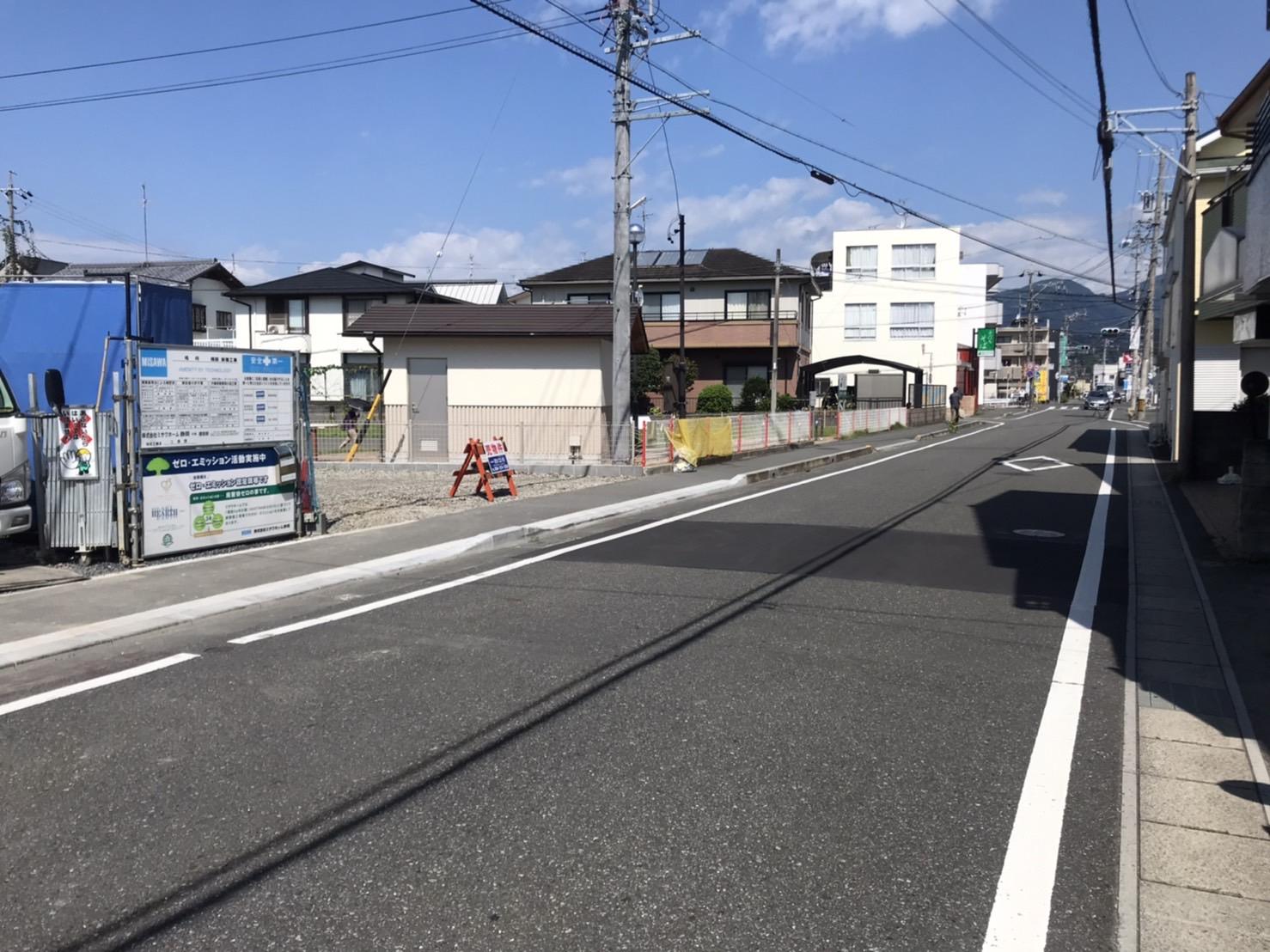 前面道路は幅員8mの生活道路です。分譲地側には歩道があります。